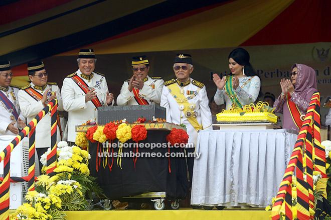Abang Johari (empat kanan) meraikan hari jadi Tun Taib (tiga kanan) di Dataran Perayaan, Stadium Sarawak semalam. Turut kelihatan Ragad (dua kanan) dan (dari kanan) Juma'ani, Awang Tengah, Uggah dan Masing.