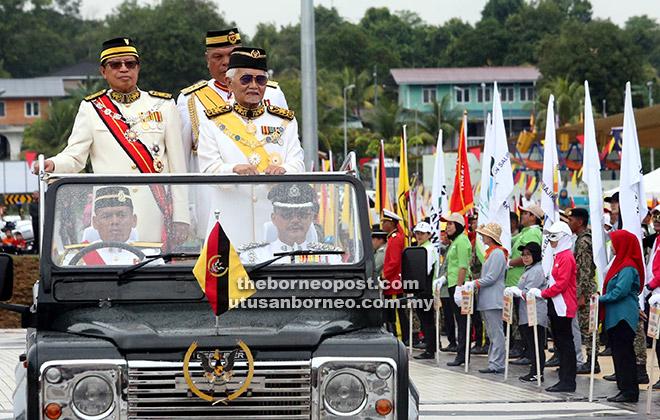 Tun Taib diiringi Abang Johari memeriksa kontinjen pembarisan di Dataran Perayaan, Stadium Sarawak di Petrajaya, Kuching semalam.