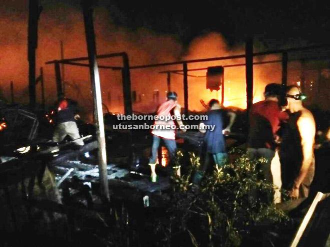 Penduduk kampung membantu kerja pemadaman api di beberapa rumah terbakar di Kampung Sebuan Besar, Bintulu awal pagi semalam.