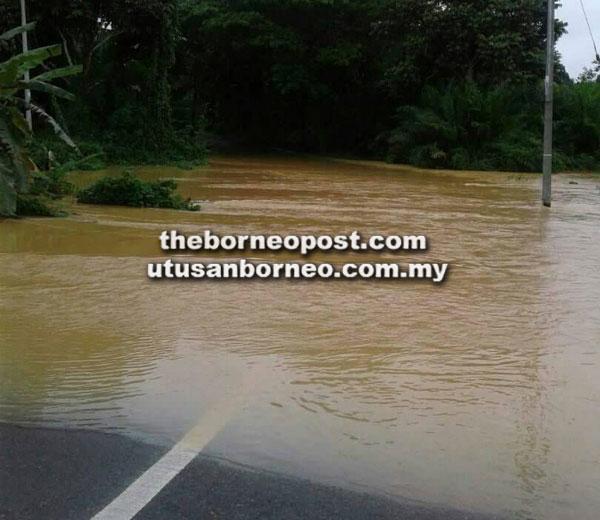 Jalan Sri Aman-Betong di kawasan Pais, Skrang dinaiki air dan menyebabkan jalan terputus hubungan.
