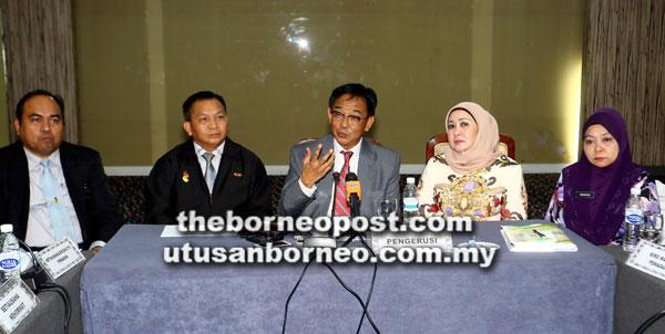 Abdul Karim (tengah) pada sidang media selepas mempengerusikan Mesyuarat Jawatankuasa Penyelaras PEMADAM Sarawak, semalam. Turut kelihatan (dari kiri) Wan Madihi, Sekam, Sharifah Hasidah dan Rakayah.
