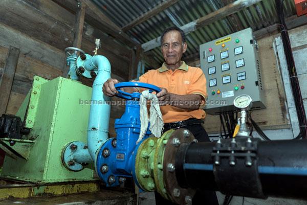 Penghulu Dennis memeriksa sistem tenaga hidro mikro di rumah janakuasa projek iM Sarawak yang membekalkan elektrik 24 jam secara percuma ke Kampung Long Telingan, Ba'Kelalan. — Gambar Bernama
