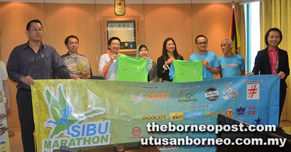 Wong (tiga kiri) bersama Rogayah (empat kiri) menunjukkan baju bagi Sibu Marathon 2017.