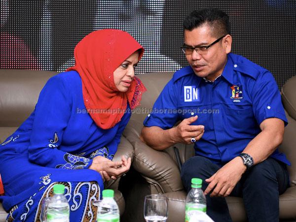 Shahrizat (kiri) bersama Jamal selepas merasmikan Program Kembara Ibu Terbaik Bangsa PRU-14 (KITA-14) Bahagian Tanjong Karang, Sungai Besar dan Sabak Bernam di Sekinchan semalam. — Gambar Bernama