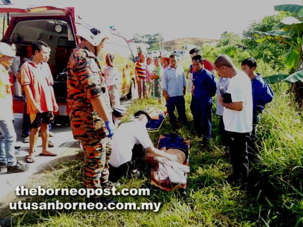 Anggota paramedik memeriksa keadaan mangsa kemalangan.