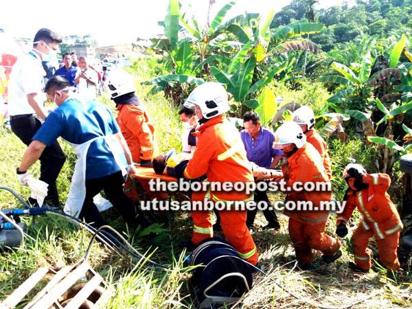 Anggota bomba dan paramedik mengusung mangsa ke atas menuju jalan besar.