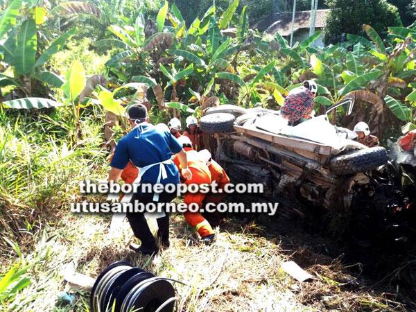 Anggota bomba berusaha menyelamat dan mengeluar mangsa terperangkap dalam kenderaan.