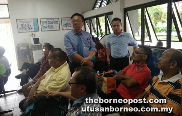 Elias (kanan) enggau Teo maya ngabas Pusat Dialisis Persatuan Bulan Sabit Merah Miri, kilah ensana.