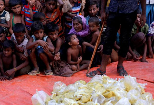 Pelarian Rohingya Muslim menunggu makanan untuk diagihkan oleh sebuah pertubuhan kebajikan tempatan di luar masjid di Cox's Bazar, Bangladesh kelmarin. — Gambar Reuters