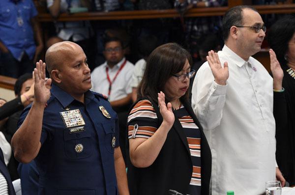 Gambar fail 22 Ogos, 2016 menunjukkan Gascon (kanan) mengangkat sumpah pada permulaan inkuiri Senat mengenai siri pembunuhan tanpa perbicaraan di Manila. — Gambar AFP