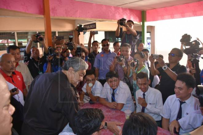 Para pelajar sedang beramah mesra dengan Ahamad Zahid di kantin sekolah SMK Rosli Dhoby.