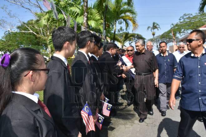 Ahmad Zahid bersalam dengan pelajar semasa mengadakan kunjungan ke SMK Rosli Dhoby pagi tadi