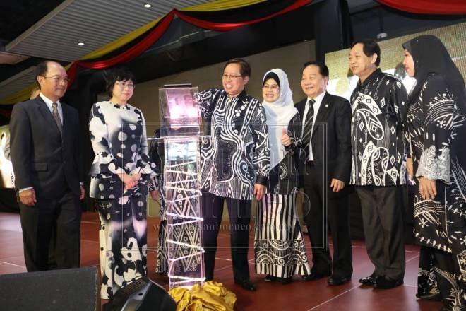 bang Johari melancarkan PDK sambil disaksikan oleh (dari kiri) Gerawat, Yasmin, Fatimah, Wong dan Harden.