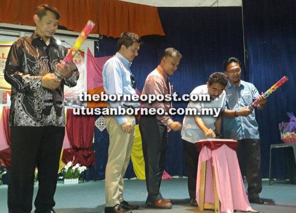 Awla (dua kanan) menyempurnakan Majlis Peramsian Karnival Kokurikulum Anugerah Seri Asrama Terbilang 2017 Peringkat Daerah Simunjan.