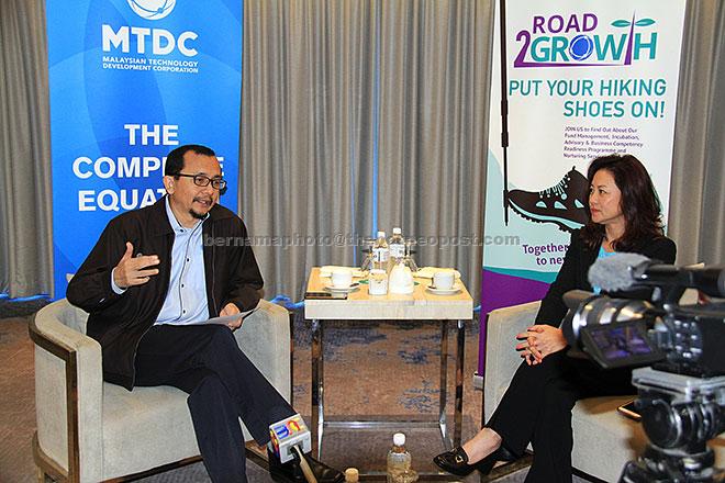 Norhalim (kiri) bersama Ahli Lembaga Pengarah Christina Foo bercakap kepada pemberita sejurus selepas merasmikan MTDC Road2Growth 2017 semalam. — Gambar Bernama