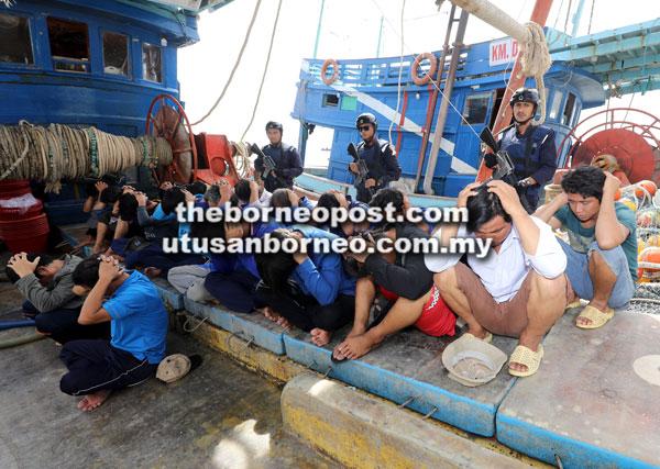 Sembilan belas awak-awak serta tekong warga Vietnam ditangkap ketika menceroboh perairan negara di 150 batu nautika dari Tanjong Po, Kuching.