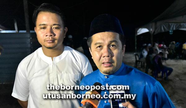 Jamawi (kanan) berkata sesuatu kepada pemberita ketika ditemui pada Program Forum Santai 'Sehati Sejiwa' Hijrah Merdeka 2017 di Surau An-Nur Kampung Batu 3 Padas Valley.