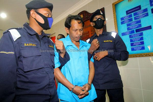Syafri (tengah) yang terlibat dalam rompakan sebuah kapal tangki berpangkalan di Thailand pada 6 Sept lalu dihukum penjara 16 tahun dan tiga sebatan oleh Mahkamah Sesyen di Kuala Terengganu semalam. — Gambar Bernama