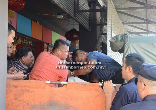 Anggota polis mengusung mayat salah seorang mangsa keluar dari tempat kejadian.