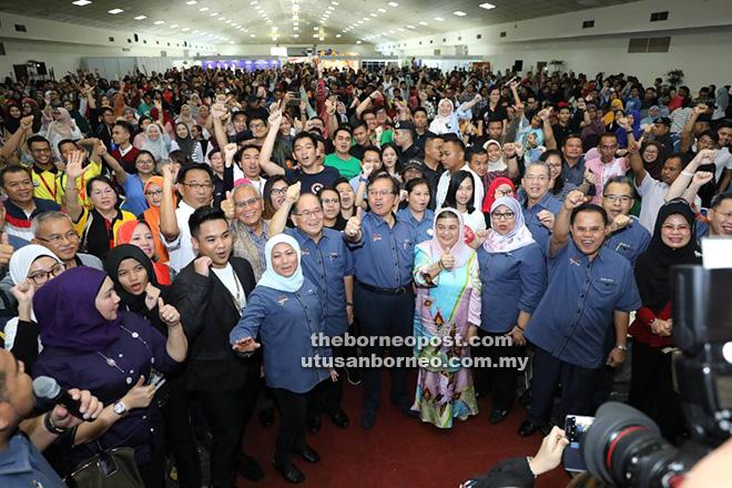 Abang Johari (tengah) dan isteri Datin Patinggi Datuk Juma'ani Tuanku Bujang bersama pemimpin negeri dan peserta Program Lan Berambeh Anak Sarawak 2017 melaungkan 'ohha!' selepas sesi Santai Bersama Abang Jo di Dewan Tun Razak, PWTC Kuala Lumpur semalam.