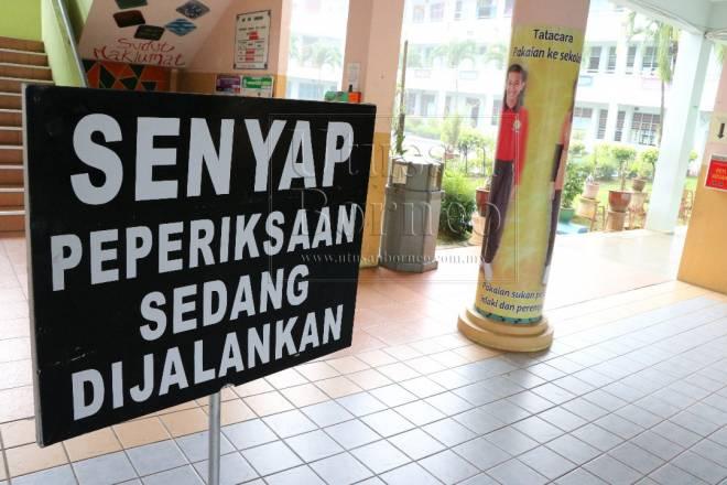 Papan tanda 'Senyap Peperiksaan Sedang Dijalankan' turut diletakkan di hadapan bilik peperiksaan di Sekolah Menengah Kebangsaan Kota Samarahan.