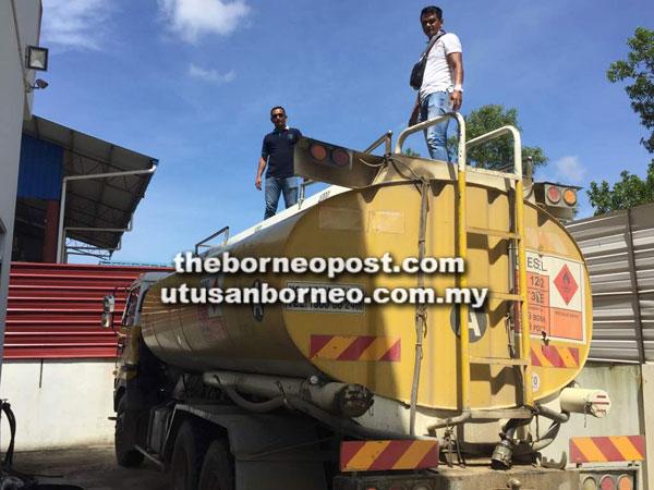 Sebuah lori dengan kandungan 20,000 liter diesel turut dirampas.