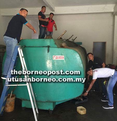 Anggota serbuan Cawangan Risik BN12 PGA Miri memeriksa sebuah tangki mengandungi 25,000 liter diesel.