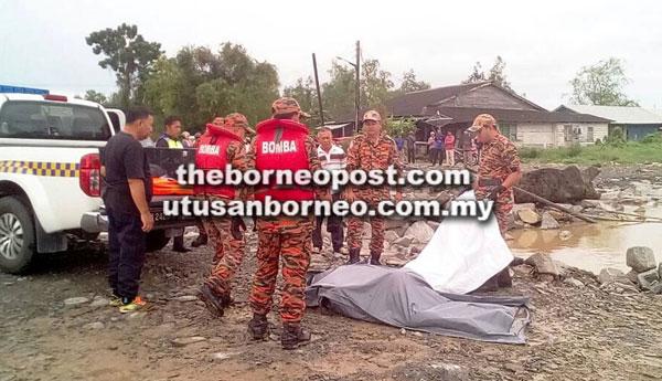 Mayat mangsa diangkat ke darat oleh anggota penyelamat untuk diserahkan kepada pihak polis.