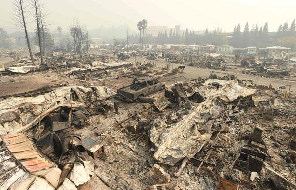 Kebakaran memusnahkan Taman Rumah Bergerak Journeys End di Santa Rosa, California kelmarin. — Gambar AFP