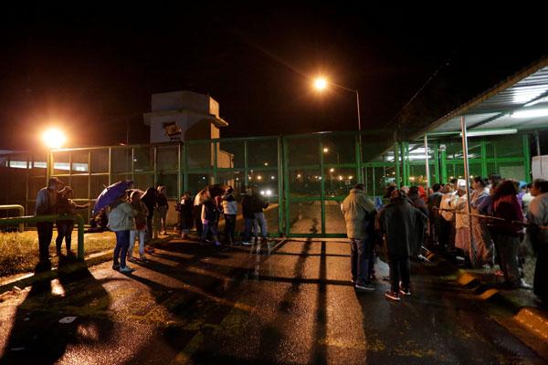 Ahli keluarga banduan menunggu berita mengenai nasib orang tersayang di luar penjara negeri Cadereyta di Cadereyta Jimenez, pinggir Monterrey kelmarin. — Gambar Reuters