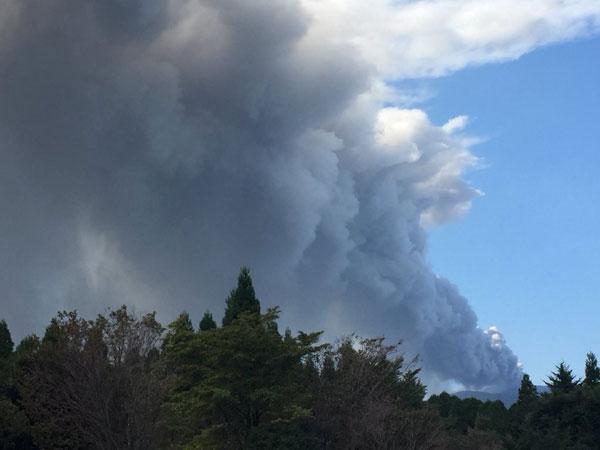 Gunung berapi Shinmoedake meletus pada skala kecil di Kirishima, Kagoshima semalam. — Gambar Reuters