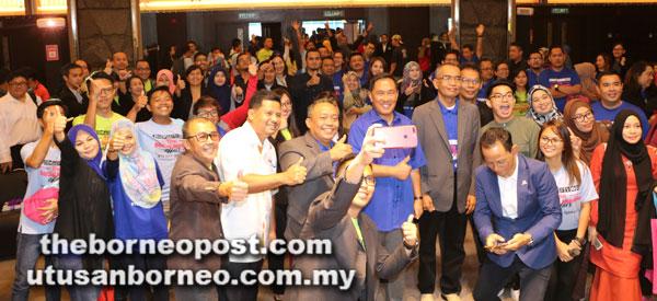 Tetamu jemputan dan peserta seminar tidak ketinggalan untuk bergambar bersama Sapawi (tengah).