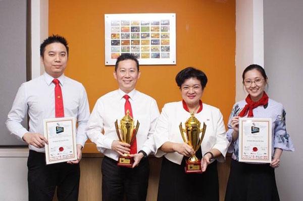 Jade Lee (dua kanan) bersama yang lain menunjukkan anugerah yang dimenangi oleh AmBank pada CMO Asia Smart Card and e-Payment Awards 2017.