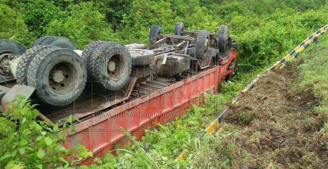 Lori 10 tan yang membawa kelapa sawit terbalik selepas terbabas ke bahu jalan.