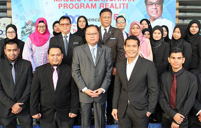Menteri Kemajuan Luar Bandar dan Wilayah (KKLW) Dato' Sri Ismail Sabri Yaakob (tengah) bersama peserta Program RBC Mencari CEO Desa. Turut kelihatan Timbalan Menteri KKLW Datuk Alexander Nanta Linggi dan Ketua Setiausaha KKLW Datuk Borhan Dolah.