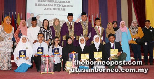 Dr Abdul Rahman bergambar bersama para penerima Anugerah Khas Majlis Graduasi dan Anugerah Kecemerlangan 2017 SMK Tun Abang Haji Openg di Kuching semalam.