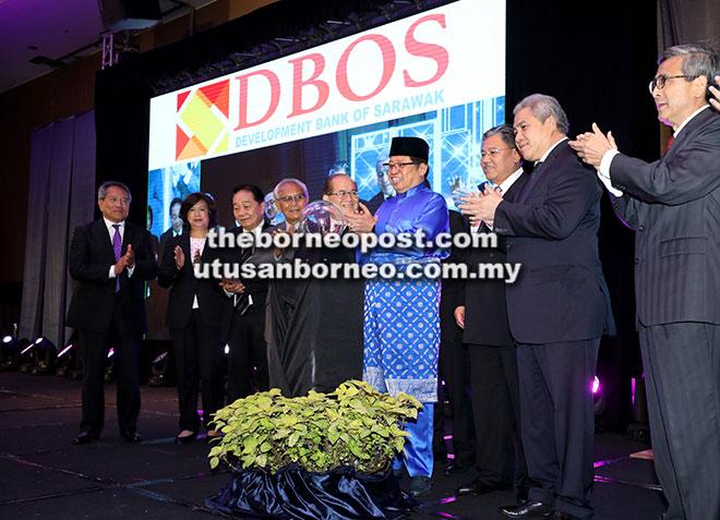Abang Johari melakukan simbolik pengenalan dan pelancaran Logo DBOS sambil disaksikan Awang Tengah (dua kanan), Uggah (lima kiri), Morshidi (tiga kanan) serta ahli lembaga pengarah lain.