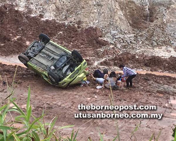 Mangsa kemalangan keluar dari kenderaan selepas jatuh gaung di KM32, Jalan Sri Aman-Kuching.