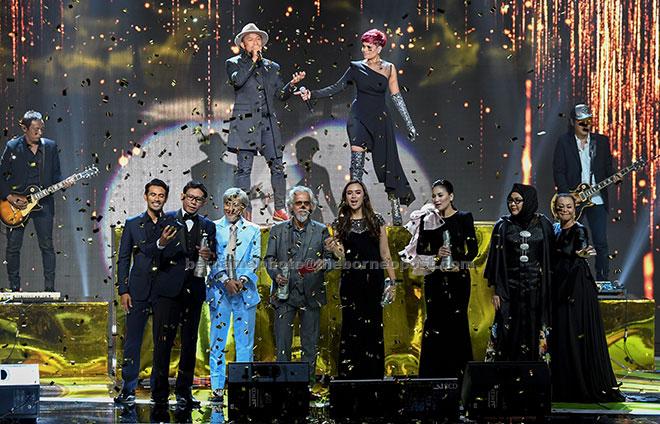 Drama 'Pesan Dari Tuhan' dan filem 'Hanyut' masing-masing dinobatkan sebagai Drama Terbaik dan Filem Terbaik pada Anugerah Skrin 2017 di Pusat Dagangan Dunia Putra (PWTC) baru-baru ini.  — Gambar Bernama