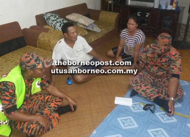 Anggota SAR berjumpa dengan keluarga mangsa.