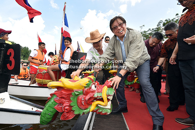 Abang Johari menyempurnakan upacara 'menitik mata' naga pada perahu sempena Perlumbaan Bot Naga Antarabangsa di Tebingan Kuching, semalam.