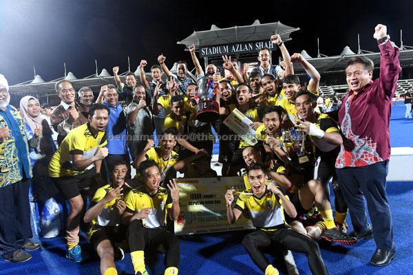 Menteri Besar Perak Datuk Seri Dr Zambry Abd Kadir meraikan kejayaan pasukan Perak menjuarai Kejohanan Hoki TNB Piala Tun Abd Razak ke 55 selepas menundukkan Terengganu pada perlawanan akhir Divisyen 1 di Stadium Azlan Shah, Ipoh semalam. — Gambar Bernama