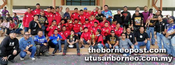 Pemain-pemain Miri (berbaju merah) diraikan oleh peminat-peminat tempatan selepas kejayaan membawa pulang Piala Sarawak 2017.