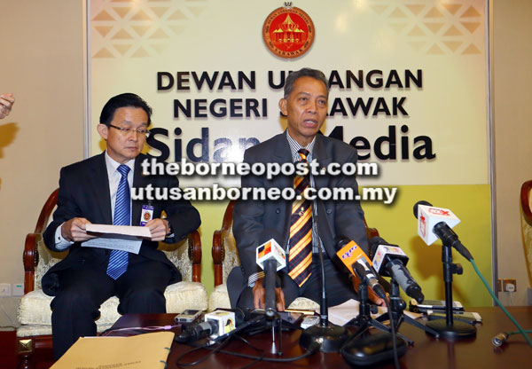 Penguang (kanan) bejaku ngagai pemberita di Komplek DUN di Kuching kemari.