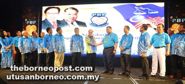 Uggah mewakili Ketua Menteri berjabat tangan dengan Tiong pada majlis berkenaan.