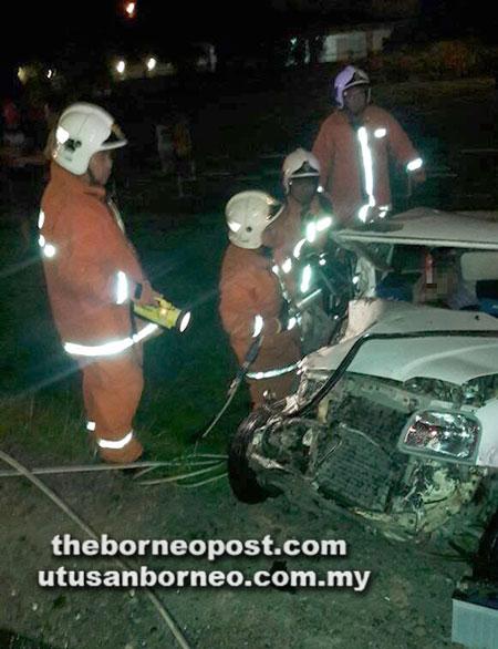 Anggota bomba menjalankan operasi mengeluarkan mangsa yang tersepit.