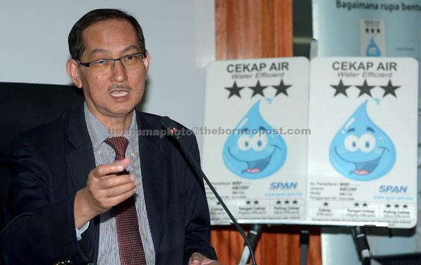 Mohd Ridhuan ketika sidang media mengenai Skim Pelabelan Produk Cekap Air (SPPCA) di SPAN semalam. — Gambar Bernama