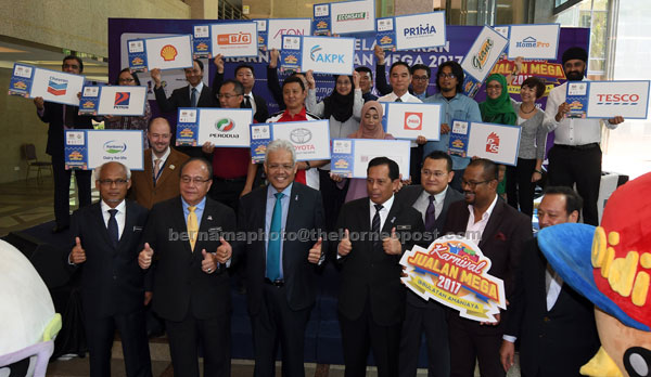 Hamzah (tengah) bergambar bersama wakil-wakil syarikat pada majlis Pra Pelancaran Karnival Jualan Mega 2017 semalam. — Gambar Bernama