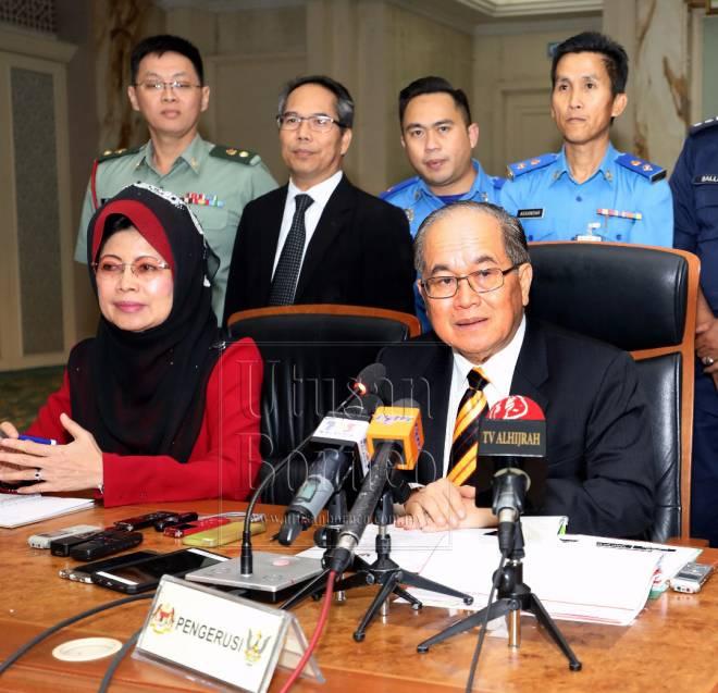 Uggah (duduk, kanan) dan Fatimah (duduk, kiri) bersama ketua-ketua agensi pada sidang media di Wisma Bapa Malaysia, Petra Jaya.