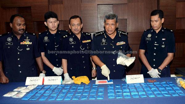 Asri (dua kanan) bersama pegawainya menunjukkan dadah jenis pil WY (pil kuda) dan syabu yang dirampas ketika sidang media di Ibu Pejabat Polis Kontinjen Kedah dekat Alor Setar, semalam. — Gambar Bernama